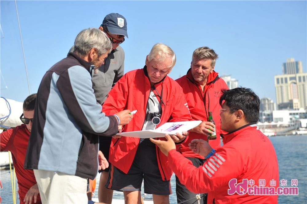 <br/>  2018年9月23日,2018&amp;ldquo;远东杯&amp;rdquo;国际帆船拉力赛返回青岛市奥帆中心母港,俄罗斯船员在帆船赛相册上签名留念。<br/>