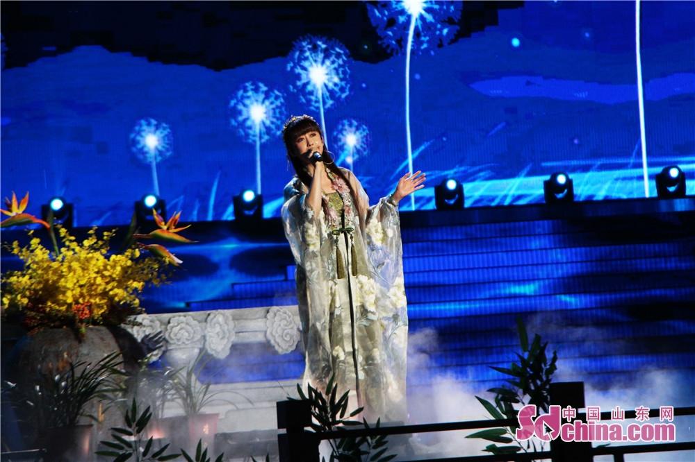 <br/>  9月24日晚,2018年央视中秋晚会在曲阜尼山上演,孔孟之乡人民与全球华人一起赏明月、过佳节,同沐尼山月光,共享团圆亲情。图为:孟庭苇演唱《你看你看月亮的脸》