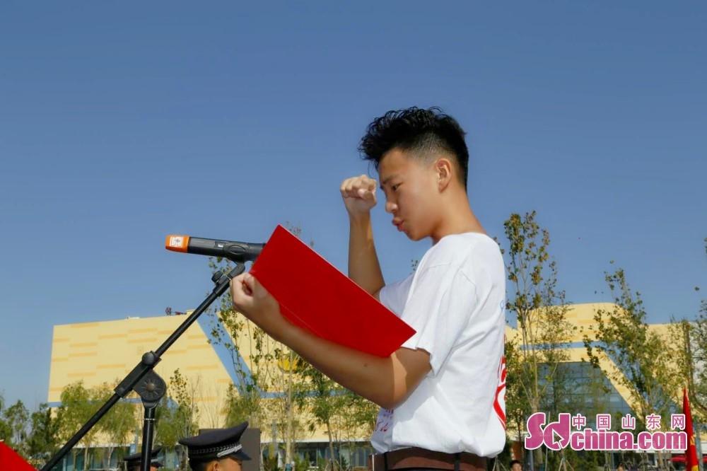 <br/>  来自齐鲁金话筒传媒学校的司子奥同学作为18岁青年宣誓代表走上主席台领誓。<br/>