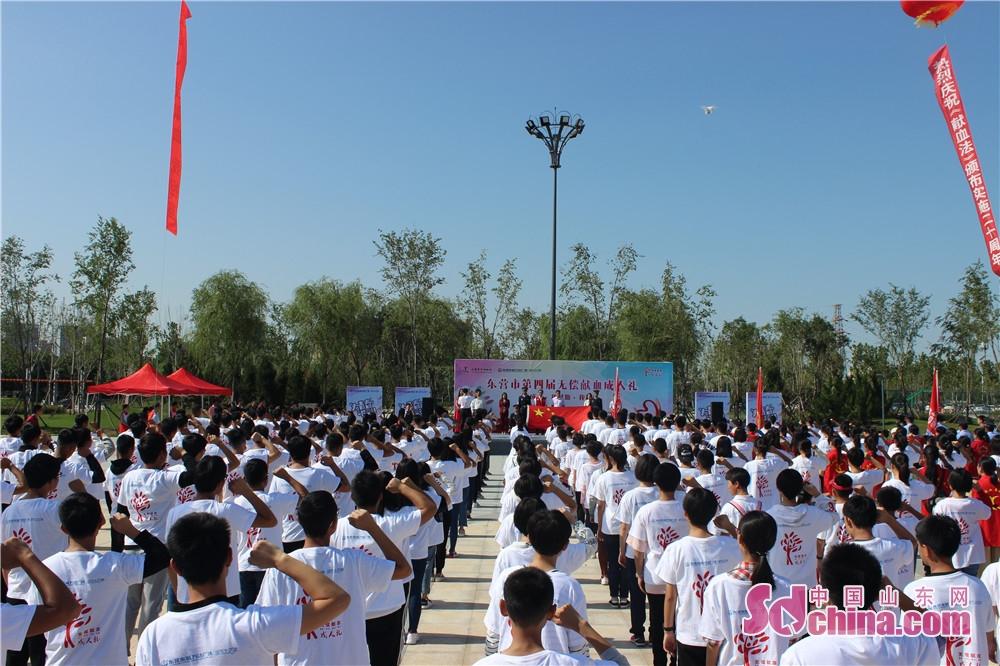 <br/>  现场400余名高中生面对鲜红的国旗,举起右拳,郑重宣誓。庄严的誓词深深印刻在同学们的心田,同学们从此将迈向人生的崭新阶段。<br/>