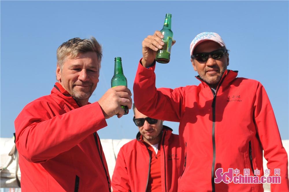 <br/>  2018年9月23日,2018&amp;ldquo;远东杯&amp;rdquo;国际帆船拉力赛返回青岛奥帆中心母港,俄罗斯船员在现场用伏特加和青啤庆祝凯旋。<br/>