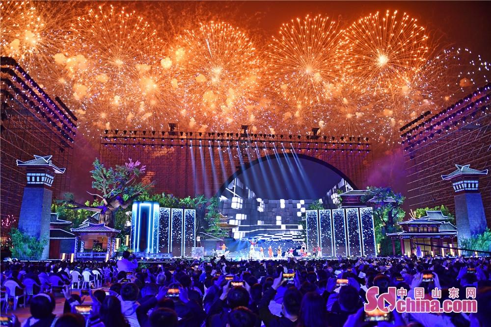 <br/>  9月24日晚,2018年央视中秋晚会在曲阜尼山上演,孔孟之乡人民与全球华人一起赏明月、过佳节,同沐尼山月光,共享团圆亲情。