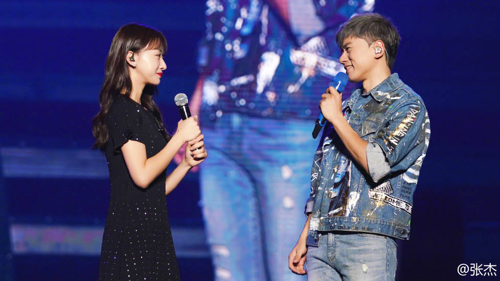 <br/>  吴谨言作为演唱会嘉宾上台唱歌。<br/>