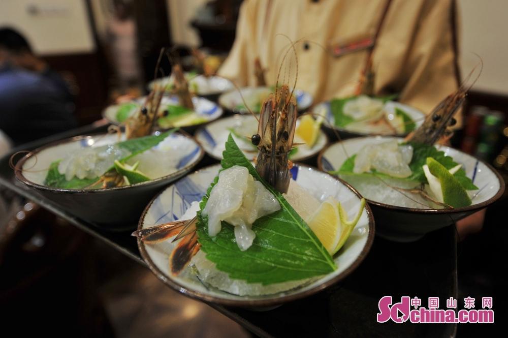 <br/>  2018年9月25日,在青岛市麦岛路一家私家菜馆,正逢青岛海鲜秋捕季,店里摆满各种海捕野生鱼、虾、蟹让人目不暇接,在八只一份的野生海捕虾中,多种吃法让食客的味蕾与感官萌生雀跃。这里说的野生海虾才是真正的&amp;ldquo;青岛大虾&amp;rdquo;,平均每只约15元,货真价实。据店里的大厨介绍,这里烹饪的野生海捕大虾均为精选母虾,它的真正名字叫中国对虾。<br/>  上好食材取决于它的新鲜程度,青岛海捕梭子蟹最肥美的时候正是秋季,没有什么比吃螃蟹更能让人诠释对秋天的美食态度,现在野生一斤多重的鲜活梭子蟹较为少见,价格为288元,饱满的肉质和鲜香的味道方能品味出青岛的美食之境。其实内陆人对海鲜的丰腴口感在于对大海的向往,通过一餐丰富的海鲜盛宴,可把自己与青岛特色美食融为一体。也包括其他各种大小海鲜,品一口网红椒麻小海鲜、尝尝风干鲈鱼脍制的风味、用扇贝柱精心包制的水饺、寻找舌尖上的妈妈版土豆丝,通过厨师匠心独具的手艺,青岛美食经久不散的海洋味道才是食客在秋季里对自我的一次精心犒赏。<br/>