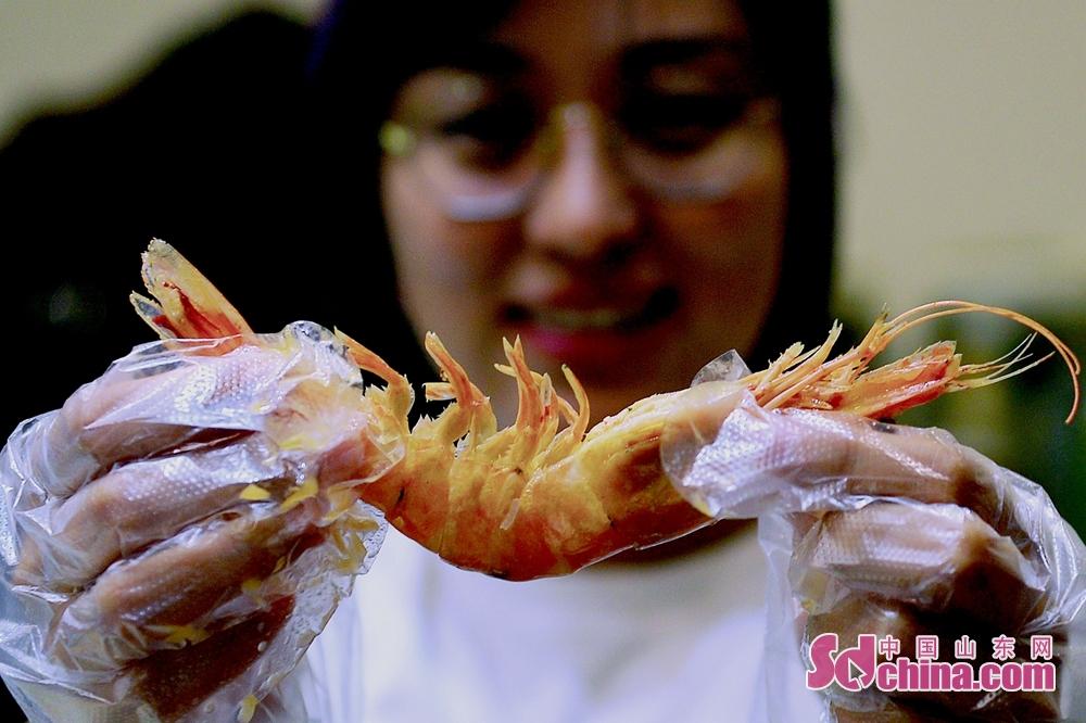 <br/>  食客手中的青岛大虾不足15元,却是地地道道的野生海捕货。<br/>