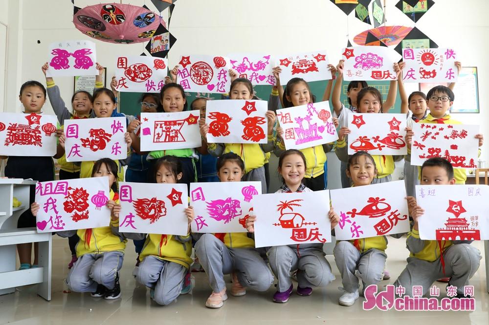 <br/>  9月28日,在山东省荣成市世纪小学,学生们在展示剪纸作品。