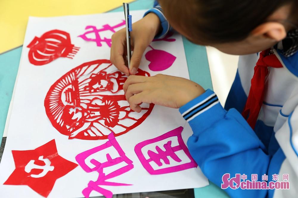 <br/>  9月28日,在山东省荣成市世纪小学,学生们在剪自己心目中的祖国。<br/>