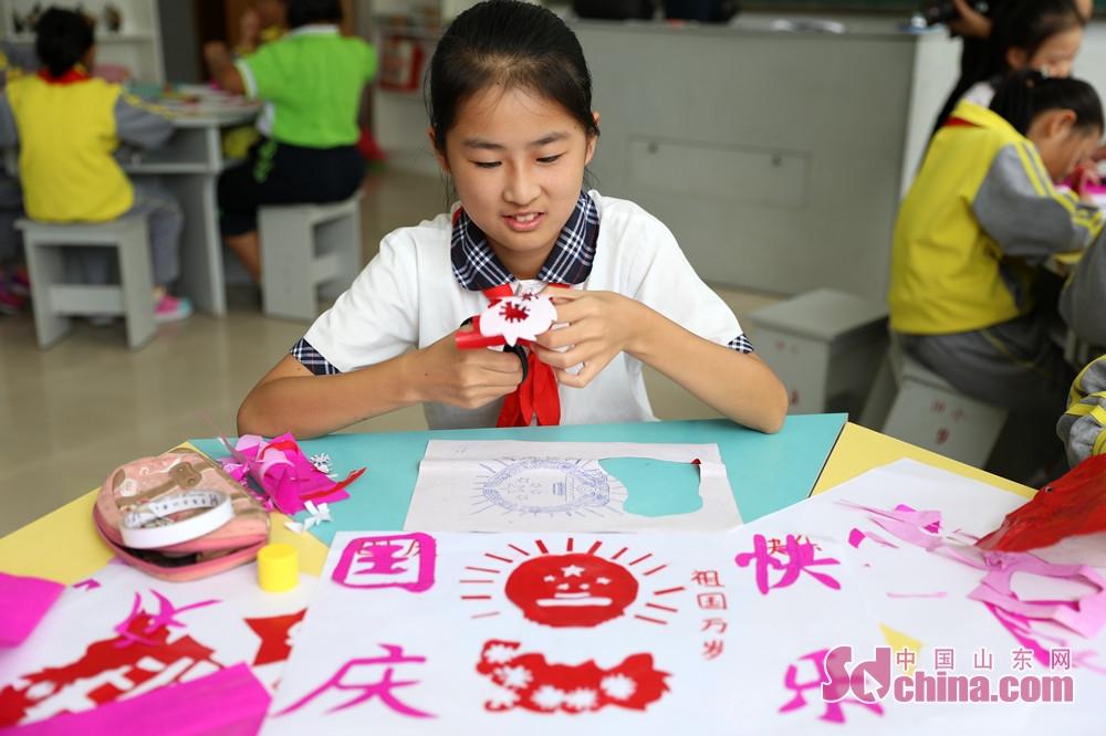 <br/>  9月28日,在山东省荣成市世纪小学,学生们在剪自己心目中的祖国。在&amp;ldquo;祖国在我心中&amp;rdquo;主题剪纸活动上,学生们在老师的指导下用彩纸剪出自己心中的祖国,为祖国69岁生日献上祝福。<br/>