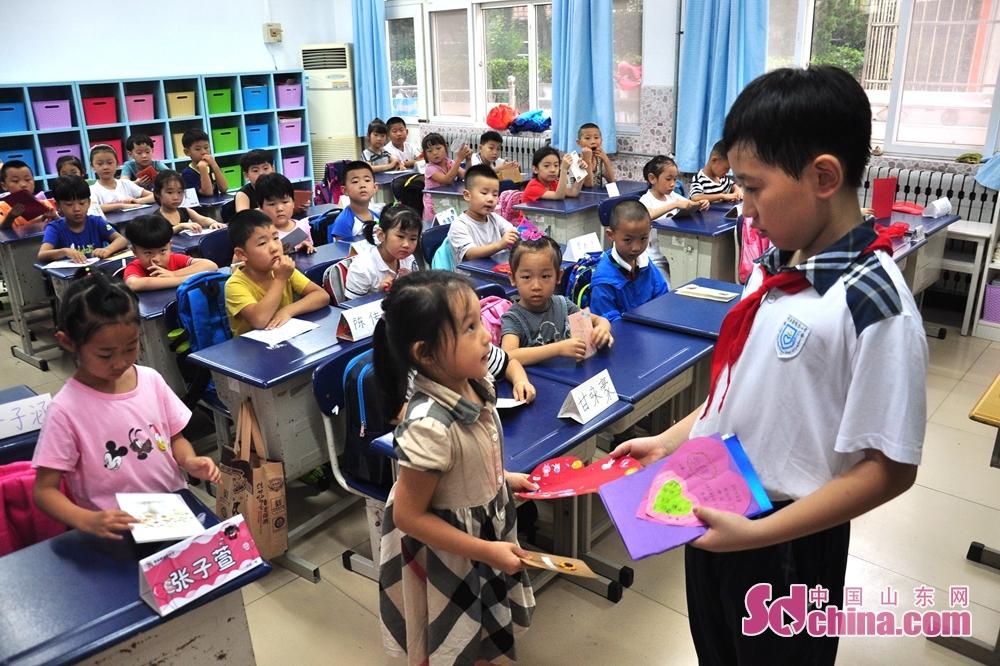 <br/>  五年级的学长带还和一年级新生结成了友谊对子,互赠贺卡欢迎一年级新生的到来。2到6年级的学长宣誓立志做好学弟学妹的的好榜样。
