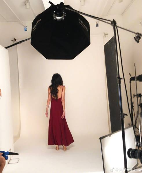 <br/>  吴绮莉穿长裙性感十足,背影迷人。<br/>