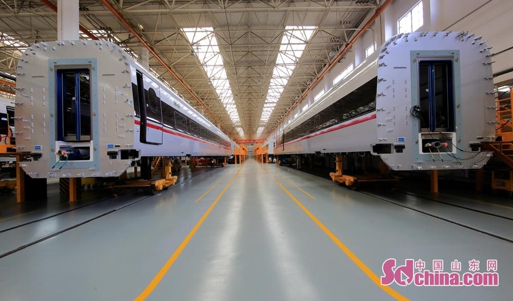 参访团走进车间,参观机车车辆生产现场。