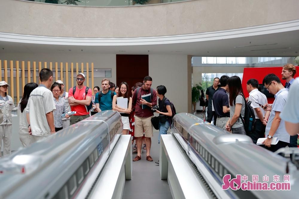 参访团走进中车四方展厅,参观展厅中陈设的动车模型。