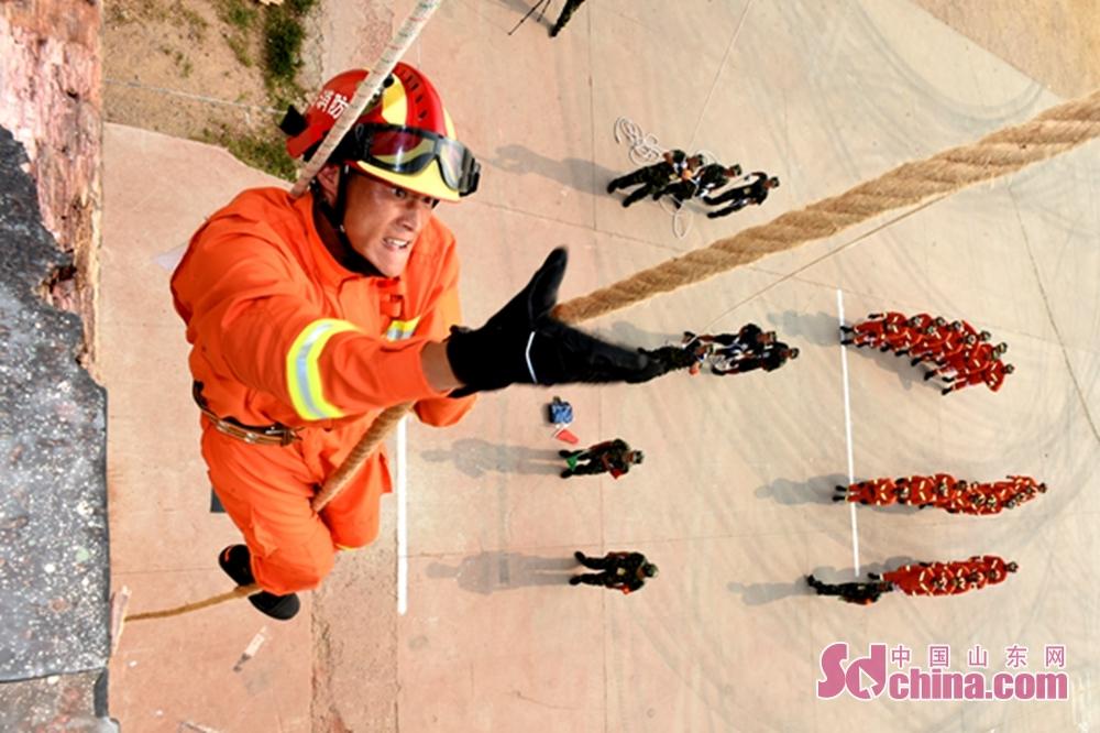 <br/>  为检验山东省消防部队夏季训练阶段练兵成效,推动夏训工作持续深入开展,8月8日至9日,山东省消防部队夏季训练第一次区域比武竞赛在青岛市消防支队上马培训基地举行,来自青岛、烟台、潍坊、威海、日照5个消防支队的100名参赛官兵,展开了消防体能和专业技能比赛课目的激烈角逐。