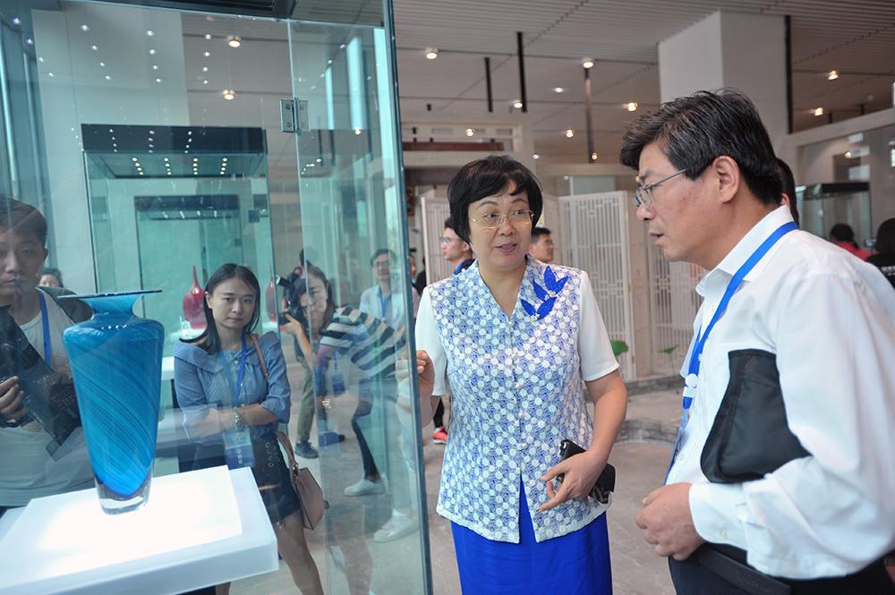 <br/>  淄博市委常委、宣传部部长毕荣青当起代言人,向媒体记者介绍淄博琉璃情况。