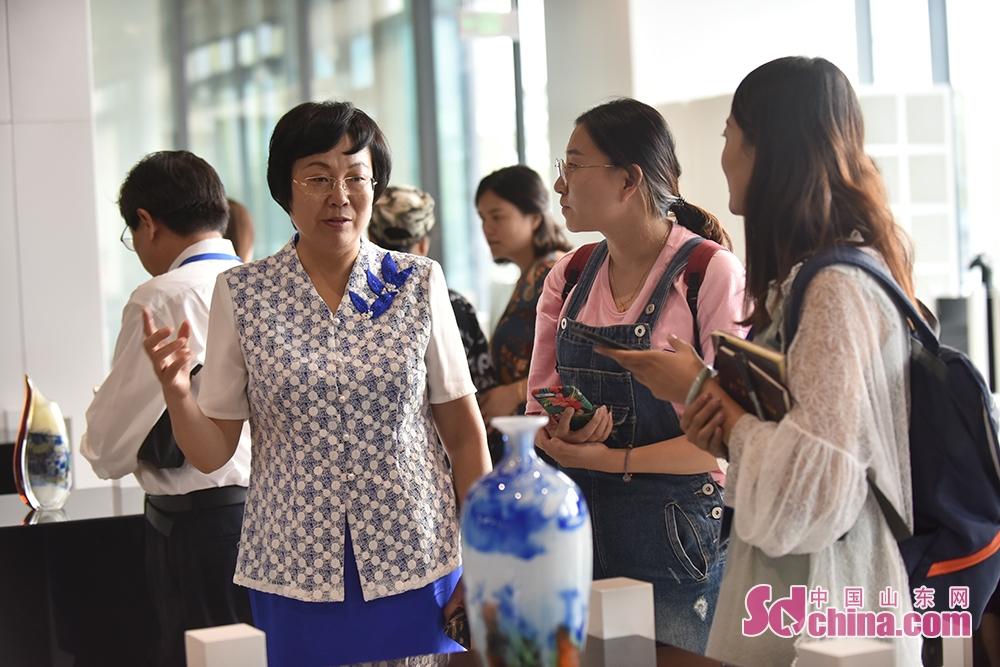 <br/>   淄博市委常委、宣传部部长毕荣青向中国山东网记者介绍本届陶博会的多项亮点活动。