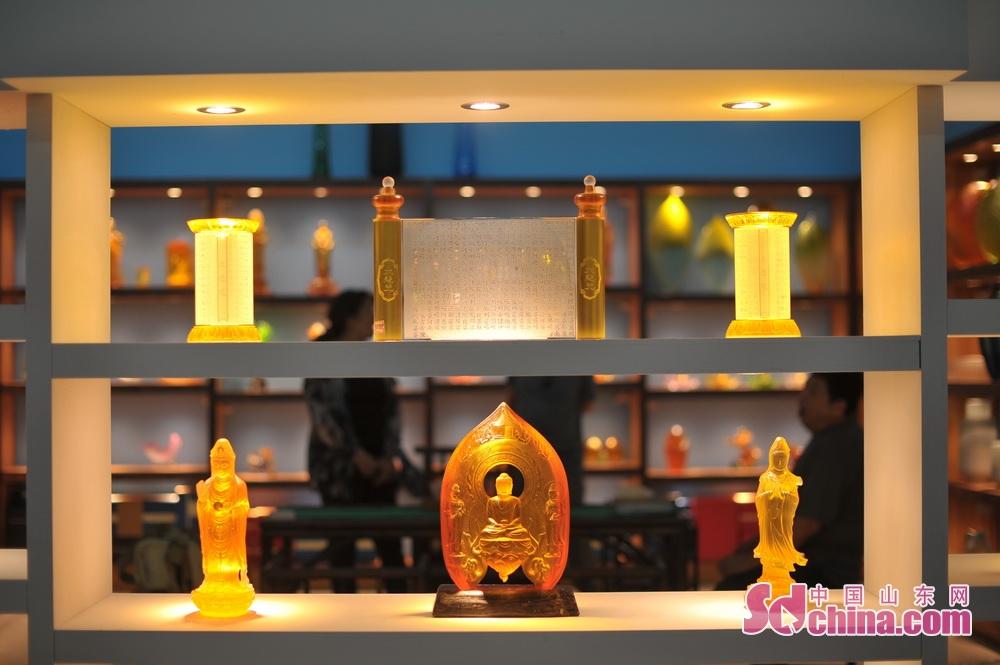 <br/>  毕荣青带领参观璃界琉璃。<br/>  高贵华丽、天工自拙的琉璃,其色彩流云漓彩、美轮美奂;其品质晶莹剔透、光彩夺目。