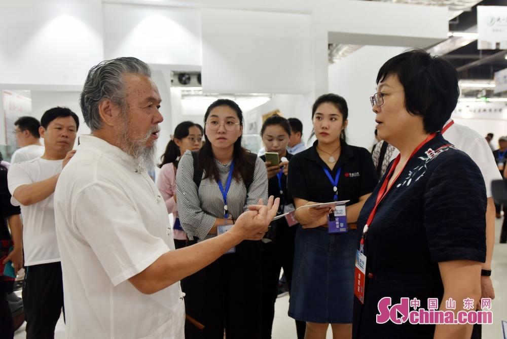 <br/> <br/>  中国工艺美术大师、国内内画艺术鲁派的代表人物之一张广庆向毕荣青介绍目前国内内画情况。