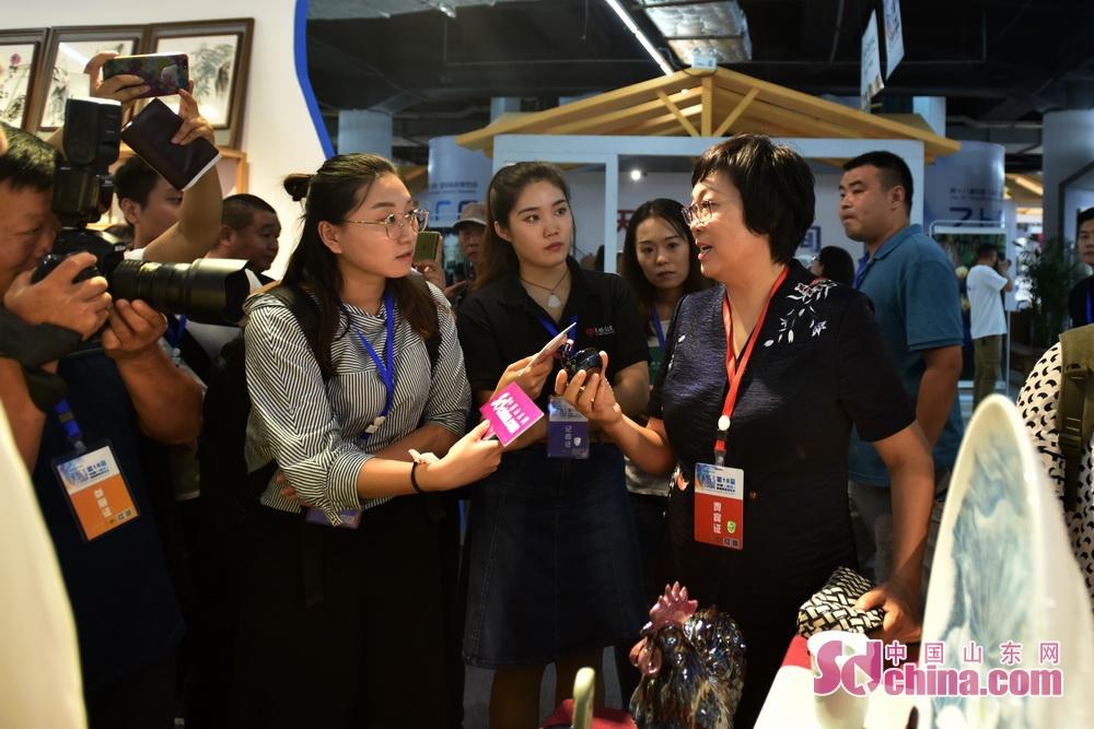 <br/>  毕荣青向媒体介绍,窑变在国内很流行,而花釉却是淄博的特色,独树一帜。