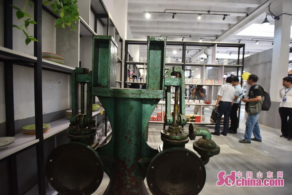 <br/>  今年1954陶瓷文化创意园的特色项目,把昆仑陶瓷厂的生产车间作为景点对市民和游客开放,让市民能够亲眼看到一个&amp;ldquo;瓷碗&amp;rdquo;是如何诞生的。