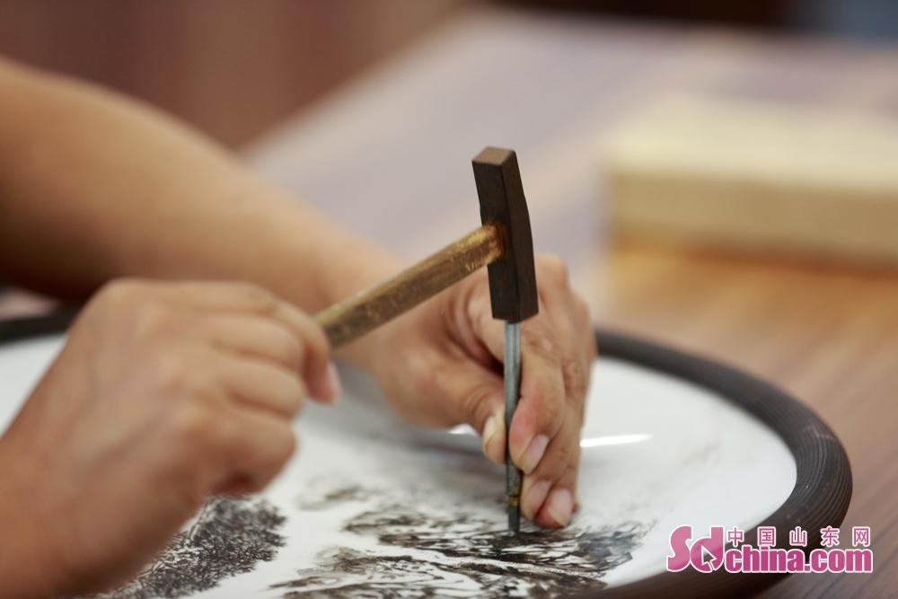 硅元瓷器艺术家的高超刻瓷技艺,让国际媒体惊呼不可思议。