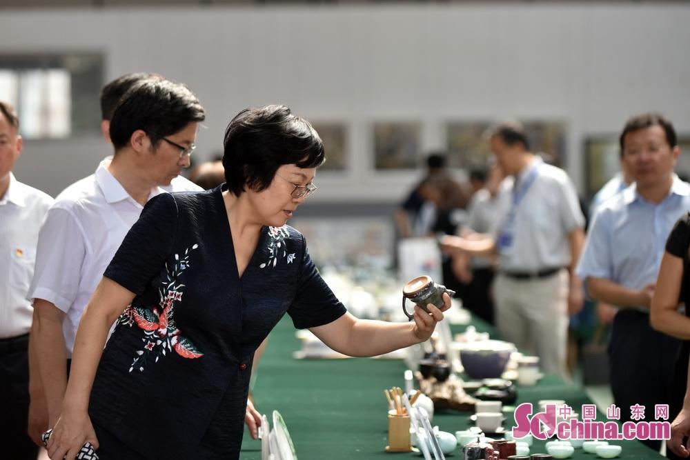 <br/>  在&amp;ldquo;泰山瓷业杯&amp;rdquo;第四十四届山东省陶瓷艺术设计创新大赛现场,相关负责人向毕荣青介绍大赛情况。<br/>  毕荣青欣赏创新大赛作品。