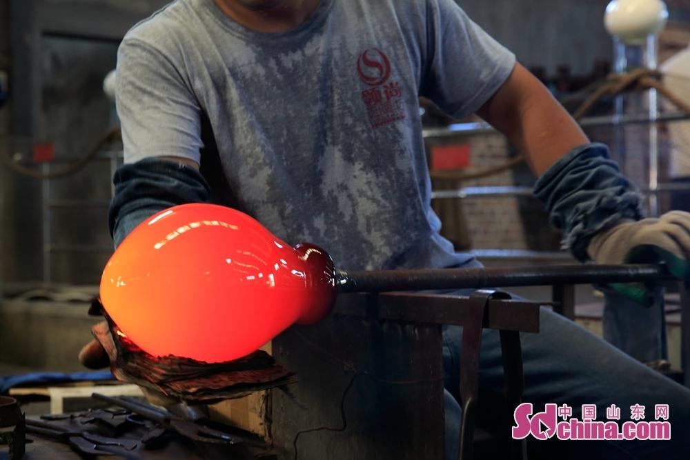采访团来到中华琉璃文化创意园的热塑制作车间,亲眼目睹工匠师傅们化腐朽为神奇的匠心巧手,见证一件件精美的琉璃艺术品是如何从火中诞生的。