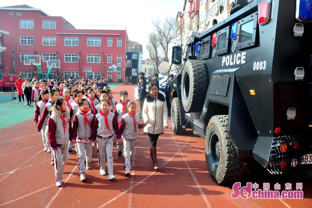 <br/>  参观110警车防暴车装备期间,在校师生和家长积极参与,互动热烈。<br/>