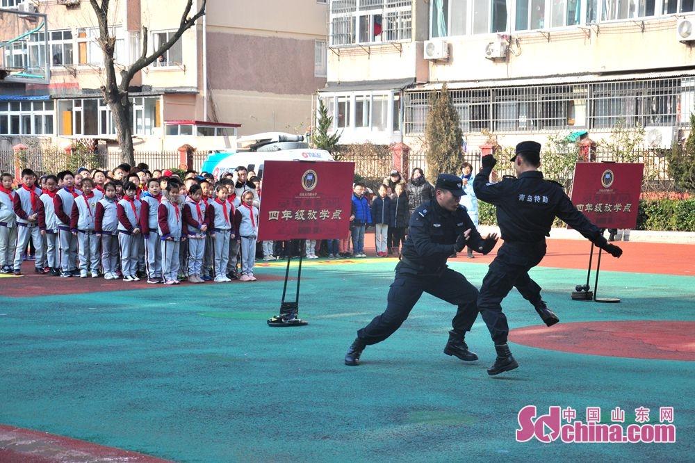 <br/>  表演民警正在进行对抗性对打。<br/>