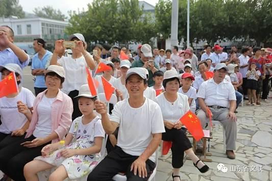 演唱《我爱你中国》《牧羊曲》等群众们耳熟能详的曲目.