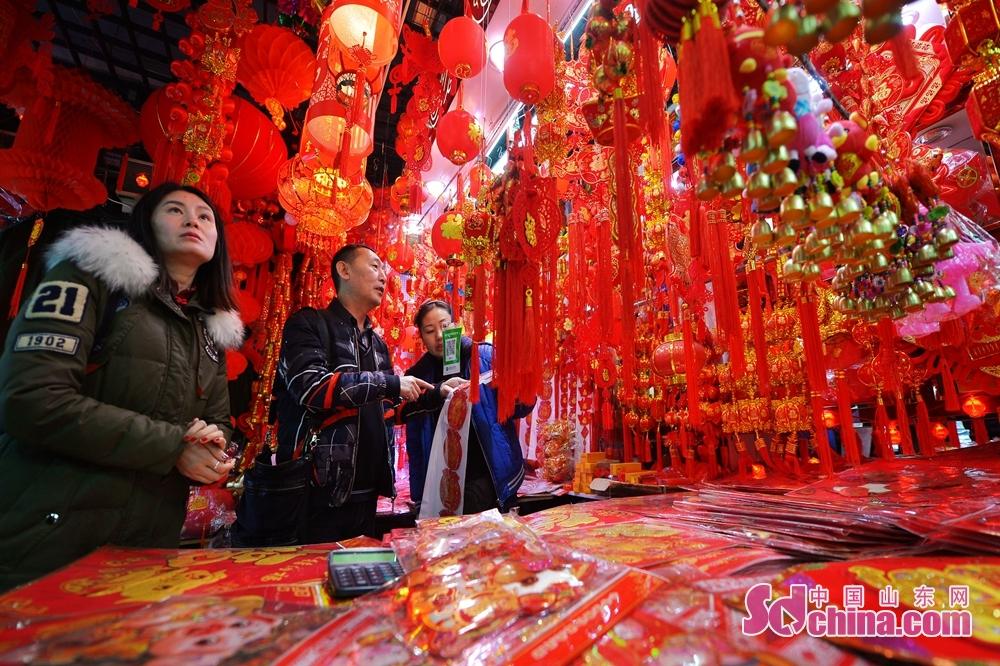 <br/>   1月10日,顾客在青岛市一家小商品批发市场选购新年饰品。<br/>