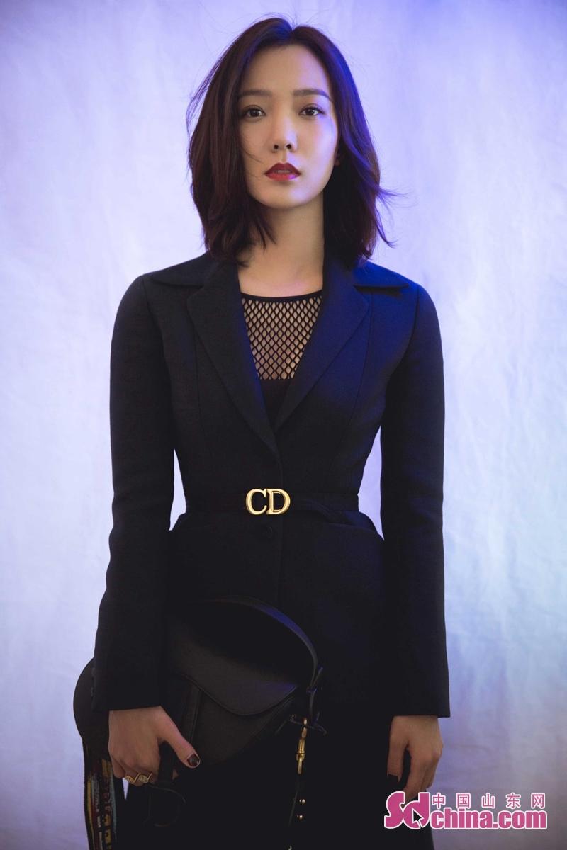 <br/>  1月10日,王珞丹一身黑色西装低调亮相某品牌活动现场。精致的西服外套尽显优雅干练,流露洒脱个性。 腰部的收腰设计更是勾勒出曼妙曲线。下半身搭配同套的黑色西装半裙,整体造型优雅大气中平添了几分女人味。