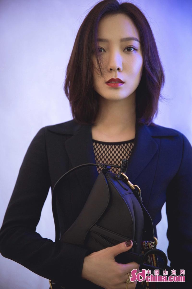 <br/>  1月10日,王珞丹一身黑色西装低调亮相某品牌活动现场。精致的西服外套尽显优雅干练,流露洒脱个性。 腰部的收腰设计更是勾勒出曼妙曲线。下半身搭配同套的黑色西装半裙,整体造型优雅大气中平添了几分女人味。<br/>
