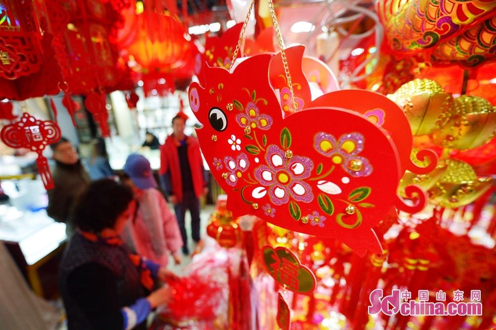 <br/>   1月10日,这是在青岛市一家小商品批发市场展示的猪年吉祥物挂饰。