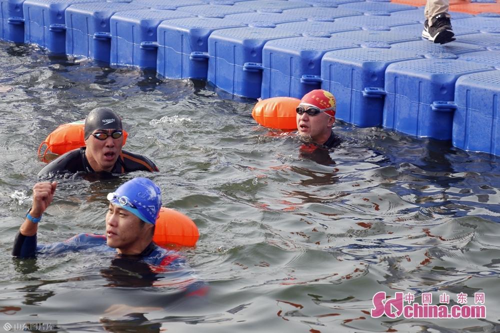 参赛选手游泳瞬间。<br/>