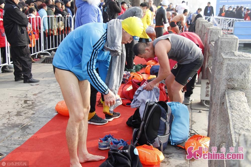 参加完游泳的运动员,在岸上穿衣服。<br/>