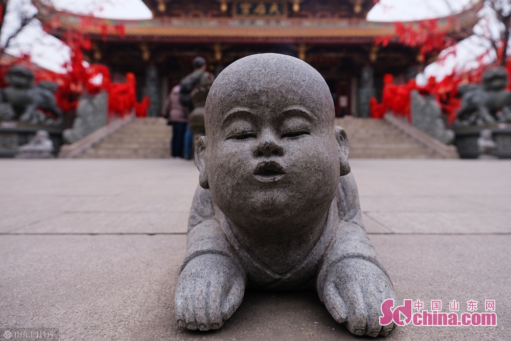 Photo taken on January 15 shows a stone statue in the ancient town of Taierzhuang in Zaozhuang, east China&amp;rsquo;s Shandong Province.<br/>
