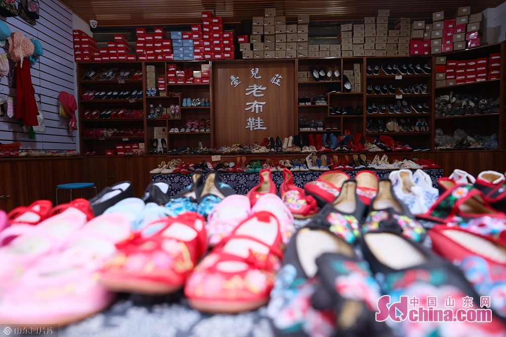 Photo taken on January 15 shows the calico shoes in the ancient town of Taierzhuang in Zaozhuang, east China&amp;rsquo;s Shandong Province.<br/>