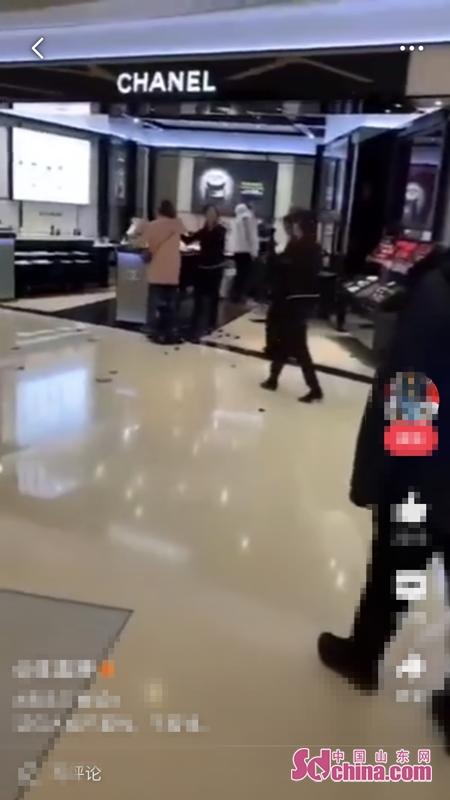 女子青岛万象城专柜砸店扒柜员衣服 警方通报:女士患精神分裂