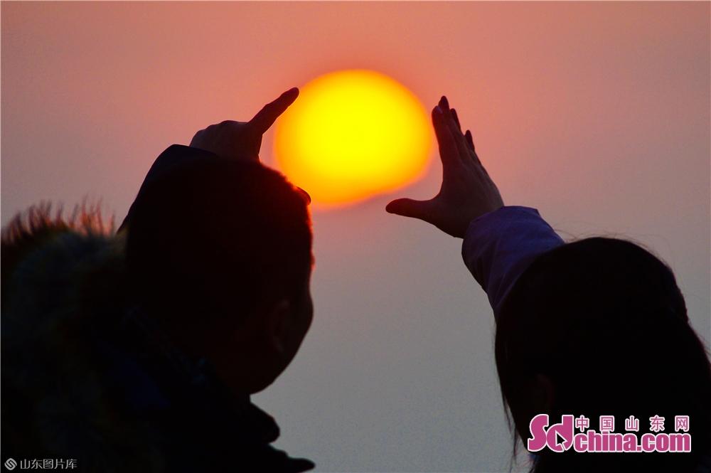1月1日、あるカップルが山東青島海水浴場で日の出を見ていて、2019年の新年を迎えた。<br/>