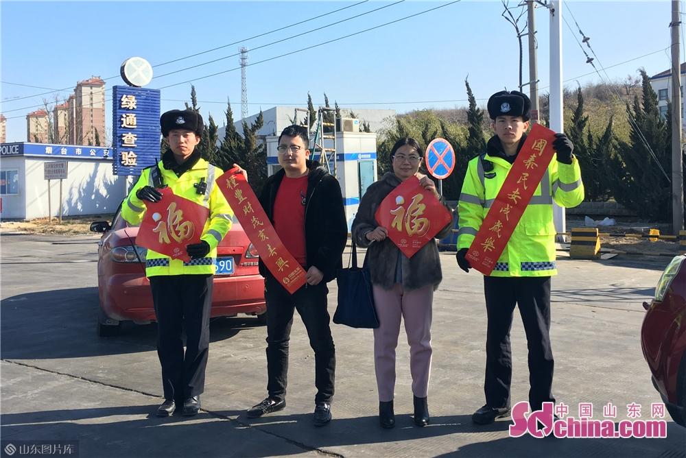 记者与高速交警一起,赠送春联给安全驾驶的驾驶员。<br/>