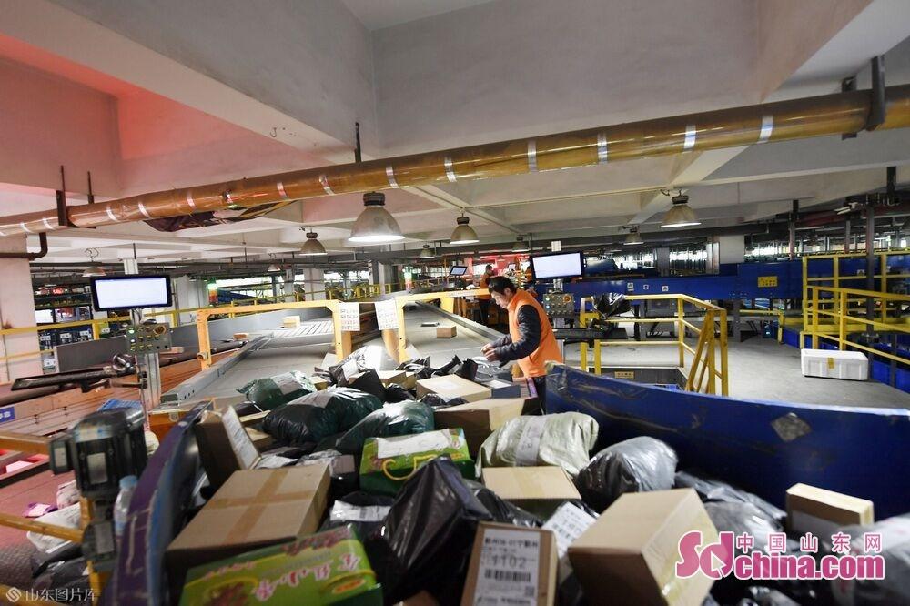 このほど、6000万元を投じて建設したダブル層小包自動仕分け機の運営に伴って、済南郵区中心局は1日あたり200万件の宅配小包を処理できて、山東省最大の宅配小包処理センターになった。<br/>
