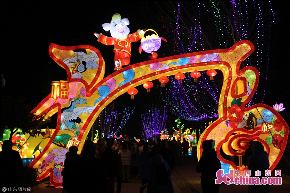 Visitors view lanterns at Yudaihu Ecological Rural Park in Zibo in Zibo, east China&rsquo;s Shandong Province. A lantern festival kicked off here on Thursday to greet the Chinese Lunar New Year, which falls on Feb. 5 this year.<br/>