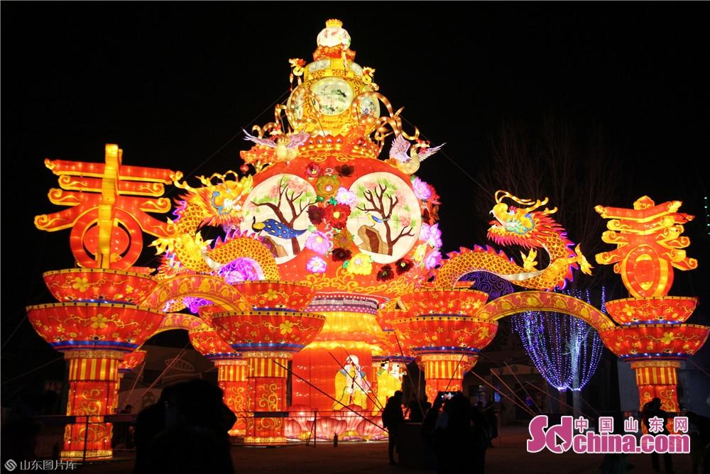 <br/>  据悉,今年的花灯会总投资达3600余万元,由淄博玉黛湖联合北京华奥、广州锐丰共同打造,花灯题材从本土到海外,从传统到创新,构成了一幅大美画卷。其中,展出大型机械花灯70组,各类特色花灯2000余个,同时还引入现代光影技术,建设了光影小品、裸眼3D、动能球等现代光影展示区6处,将打造一次前所未有、科技与传统融合的现代花灯艺术展演。