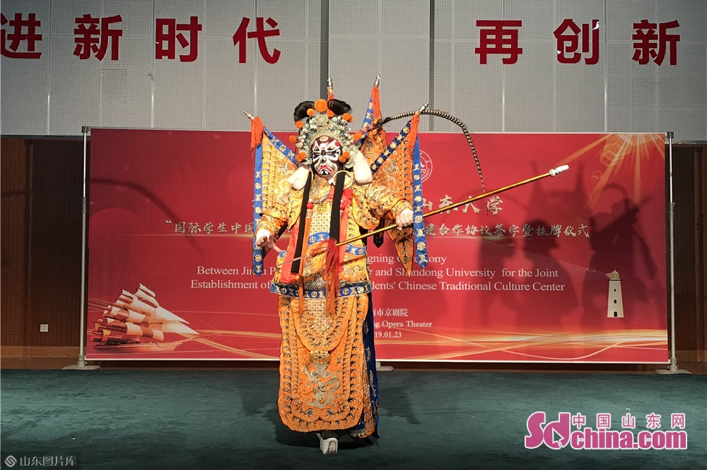 A Peking Opera actor performs in Jinan Peking Opera Theatre in Jinan, capital of Shandong Province on January 23, 2019. On Wednesday, more than 20 foreign students paid a visit to Jinan Beijing Opera Theater to take a close look at Beijing Opera, the quintessence of Chinese culture.<br/>