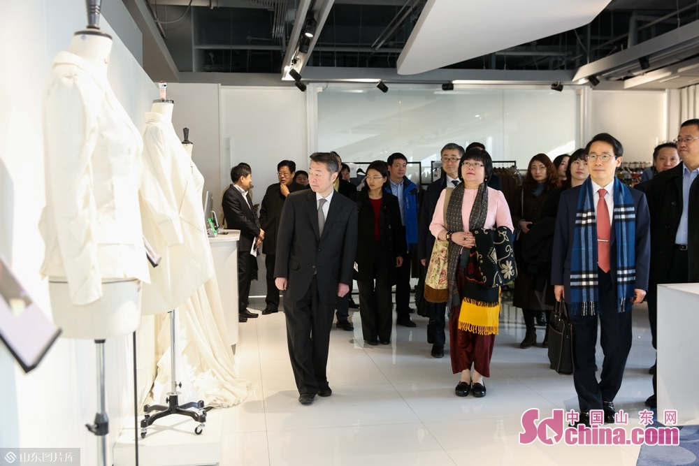 Delegation members visited the integrated innovation center of garment intelligent manufacturing of Dishang Group.<br/>
