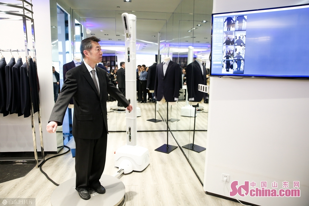 Nakahara Kuniyuki, Consul General of Japan in Qingdao, experienced the 3D body scanning data collection technology in Dishang Group.<br/>