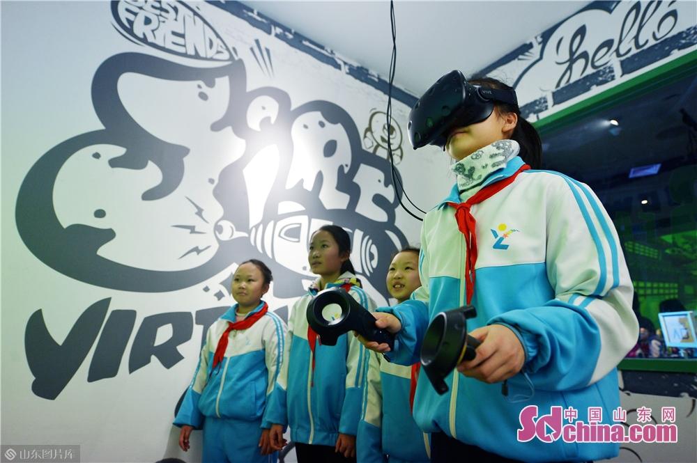 2019年1月23日,青岛洛阳路第一小学的学生们在&amp;ldquo;冬令营&amp;rdquo;体验VR游戏科技趣味活动。<br/>