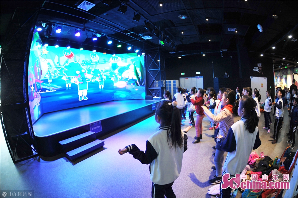 """2019年1月23日,青岛洛阳路第一小学的学生们在""""冬令营""""体验舞蹈互动科技趣味活动。"""