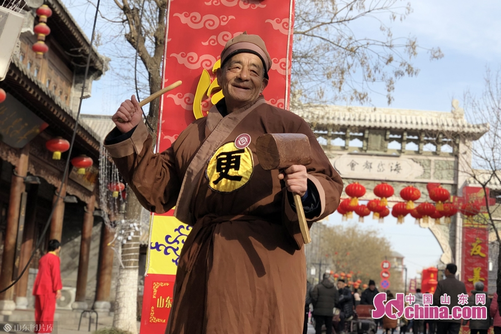 A folk artist performs in Qingzhou Ancient Town Scenic Spot in Weifang City, east China&rsquo;s Shandong Province. A series of events will be held here to greet the Chinese Lunar New Year, or Spring Festival, which falls on Feb. 5 this year.<br/>