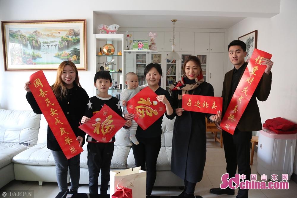 <br/>  社区居民们领到对联后,一个个喜从心来、赞叹不已,&amp;ldquo;感谢爱心企业和中国山东网为我们送春联,也将福气送到了我们家!&amp;rdquo;整个活动洋溢着新年的喜庆气氛。